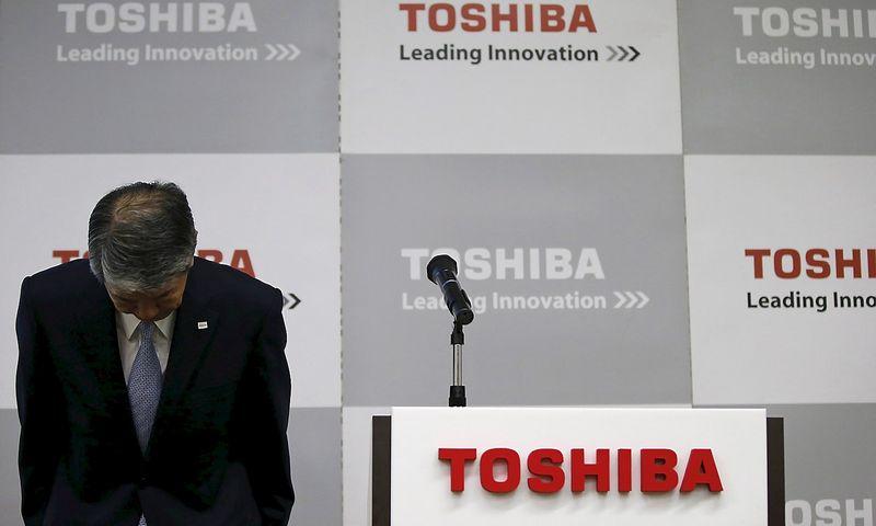 """Hisao Tanaka, iš pareigų pasitraukęs """"Toshiba"""" vadovas. Toru Hanai (""""Reuters"""" / """"Scanpix"""") nuotr."""