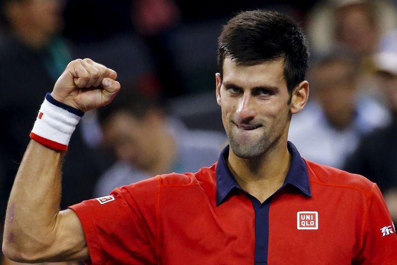 """Novakas Džokovičius džiaugiasi įveikęs Endį Murėjų šiemet """"Masters"""" serijos turnyre, Šanchajuje. Damiro Sagolj (""""Reuters"""") nuotr."""