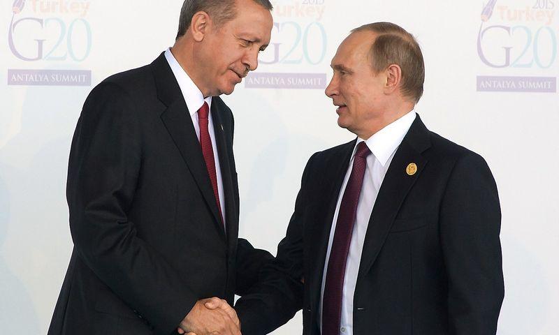 """Iš kairės: Recepas Tayyipas Erdoganas, Turkijos prezidentas, ir Vladimiras Putinas, Rusijos vadovas. Sergejaus Guneevo (""""RIA Novosti"""" / """"Scanpix"""") nuotr."""