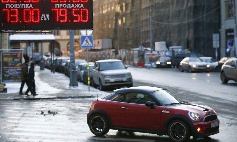 """Rusijos automobilių rinkai ekspertai gerų metų nežada. Maximo Zmeyevo (""""Reuters"""" / """"Scanpix"""") nuotr."""