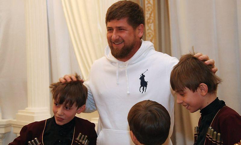 """Šiaurės Kaukazo vaikus džihadistų propaganda pasiekia net per animacinius filmukus. Centre – Čečėnijos vadovas Ramzanas Kadyrovas. Saido Carnajevo (""""RIA Novosti"""" / """"Scanpix"""") nuotr."""