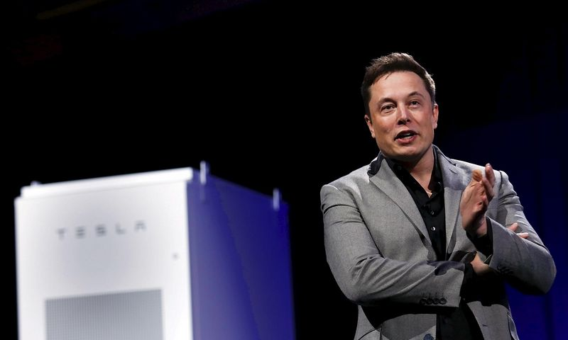 """Elonas Muskas, """"Tesla Motors"""" vadovas, ne tik pats paskelbė žinutę apie darbuotojų paiešką, bet pats dalyvaus ir darbo pokalbiuose. Patricko T. Fallono (""""Reuters"""" / """"Scanpix"""") nuotr."""