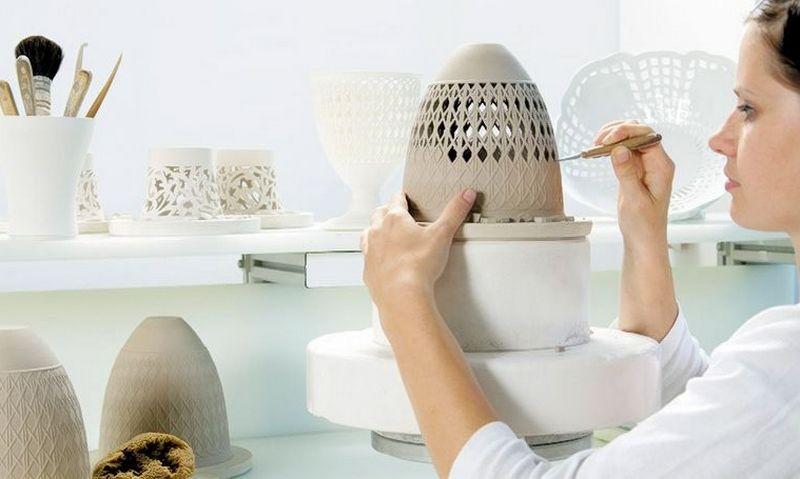 KPM kuria ir gamina porcelianinius stalo indus, interjero ir papuošalų detales, aksesuarus. Įmonės nuotr.