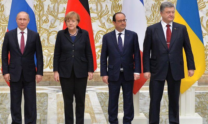 """Iš kairės: Vladimiras Putinas, Rusijos prezidentas, Angela Merkel, Vokietijos kanclerė, Francois Hollande'as, Prancūzijos prezidentas, ir Petro Porošenka, Ukrainos prezidentas. Viktoro Tolochko (""""RIA Novosti"""" / """"Scanpix"""") nuotr."""