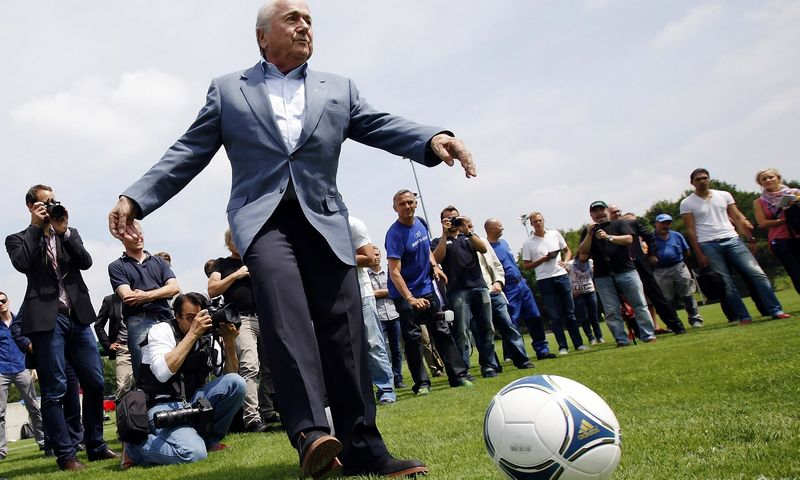 """Gana keblu nuo FIFA organizacijos atskirti žmogų, kuris pastaruosius 40 m. kūrė ją pagal save: iš pradžių organizavo futbolo programas Afrikoje, paskui tapo generaliniu sekretoriumi ir galiausiai – prezidentu. Michaelio Buholzerio (""""Reuters""""/""""Scanpix"""") nuotr."""