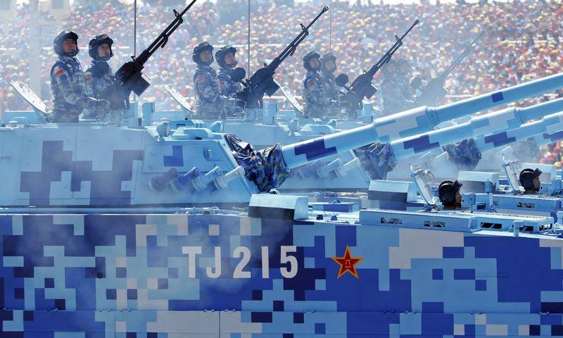 """Didelė, niekada dar nelaimėjusi kariuomenė parade Pekine žygiuoja su žiemos kamufliažu. """"Reuters"""" nuotr."""