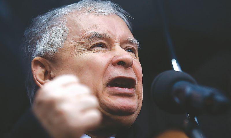 """Analitikai įžvelgia, kad Jaroslawas Kaczynskis, Lenkiją valdančios """"Teisės ir teisingumo"""" partijos lyderis, ėmėsi vykdyti jam įprastą skaldymo ir konfrontacijos politiką. Kacpero Pempelio (""""Reuters"""" / """"Scanpix"""") nuotr."""