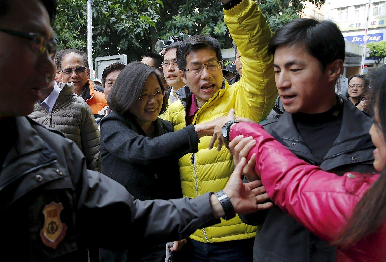 Tsai-Ing Wen (centre), Taivano prezident� ir Demokratin�s progreso partijos vadov�. Damiro Sagoljaus (�Reuters� / �Scanpix�) nuotr.
