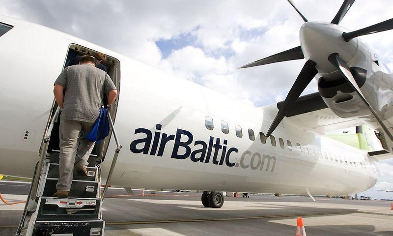 """Latvijos skrydžių bendrovės """"airBaltic"""" lėktuvas tarptautiniame Vilniaus oro uoste. Juditos Grigelytės (VŽ) nuotr."""