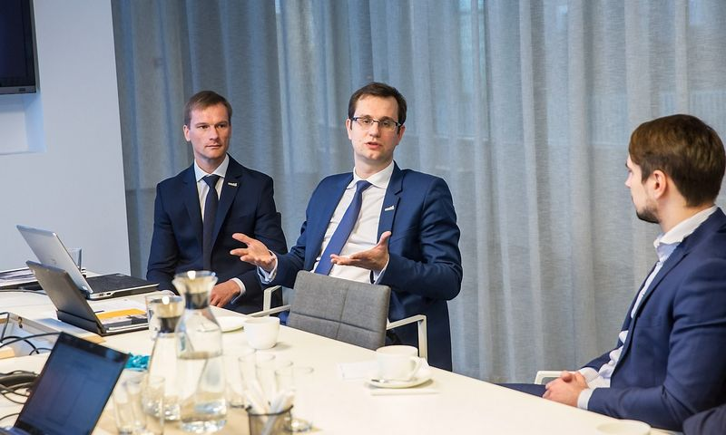 """Mantas Bartuška, AB """"Klaipėdos nafta"""" vadovas (centre) ir Marius Pulkauninkas, bendrovės Finansų ir administravimo departamento direktorius (kairėje). Juditos Grigelytės (VŽ) nuotr."""