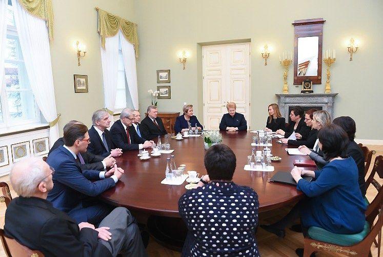 Prezident� susitinka su Seimo Socialini� reikal� ir darbo komitetu. Roberto Da�kaus (president.lt) nuotr.