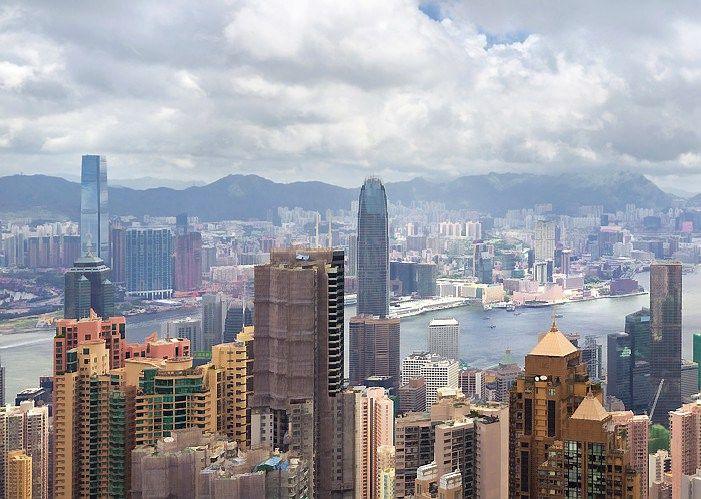 Miestai, tap� pasaulio turist� sostin�mis