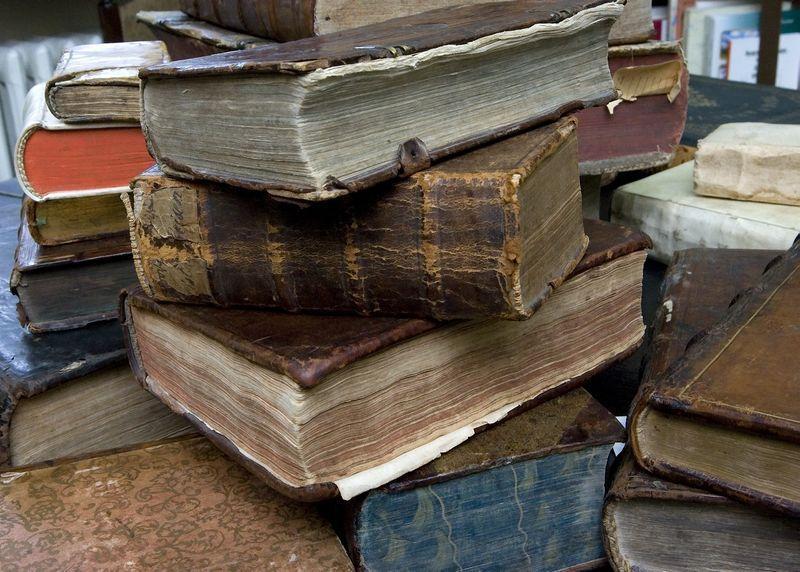 40-asis Vilniaus aukcionas skirtas antikvarinėms knygoms, leidiniams, spaudai, istorinei grafikai, žemėlapiams, plakatams ir susijusiems objektams. Nuotraukoje – senovinės knygos bibliofilo ir bukinisto Vidmanto Staniulio knygyne antikvariate. Violetos Bubelytės nuotr.