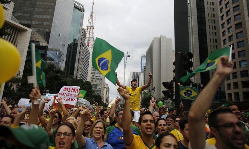 """Prasta šalies ūkio padėtis gena brazilus į protestus. Nacho Doce (""""Reuters"""" / """"Scanpix"""") nuotr."""