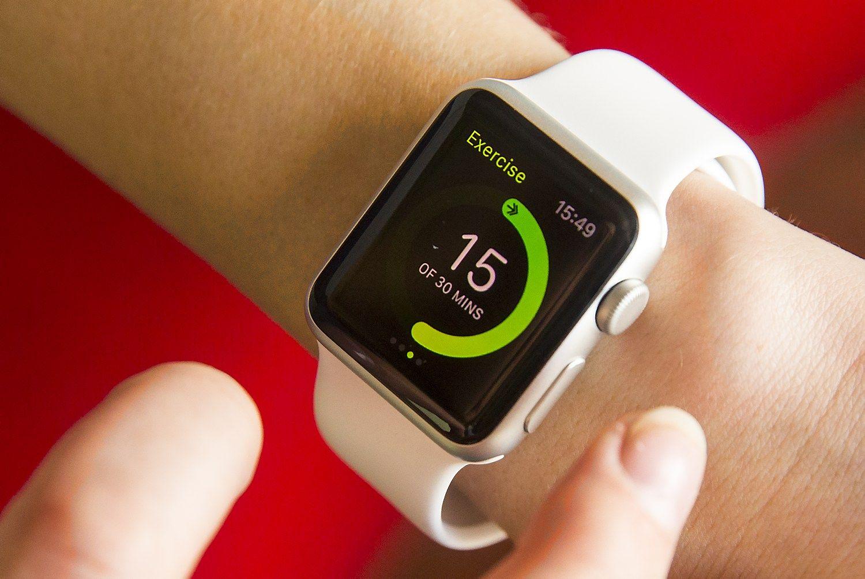 �Apple Watch� savo kategorijoje � i�mani�j� laikrod�i� � yra lyder�, bet bendrai d�vim� �rengini� rinkoje gerokai atsilieka nuo pigesni� �Fitbit� gamini�. Vladimiro Ivanovo (V�) nuotr.