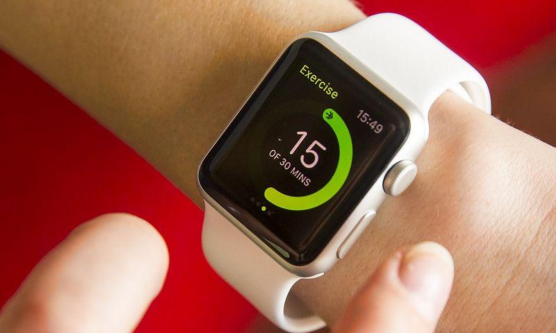 """""""Apple Watch"""" savo kategorijoje – išmaniųjų laikrodžių – yra lyderė, bet bendrai dėvimų įrenginių rinkoje gerokai atsilieka nuo pigesnių """"Fitbit"""" gaminių. Vladimiro Ivanovo (VŽ) nuotr."""