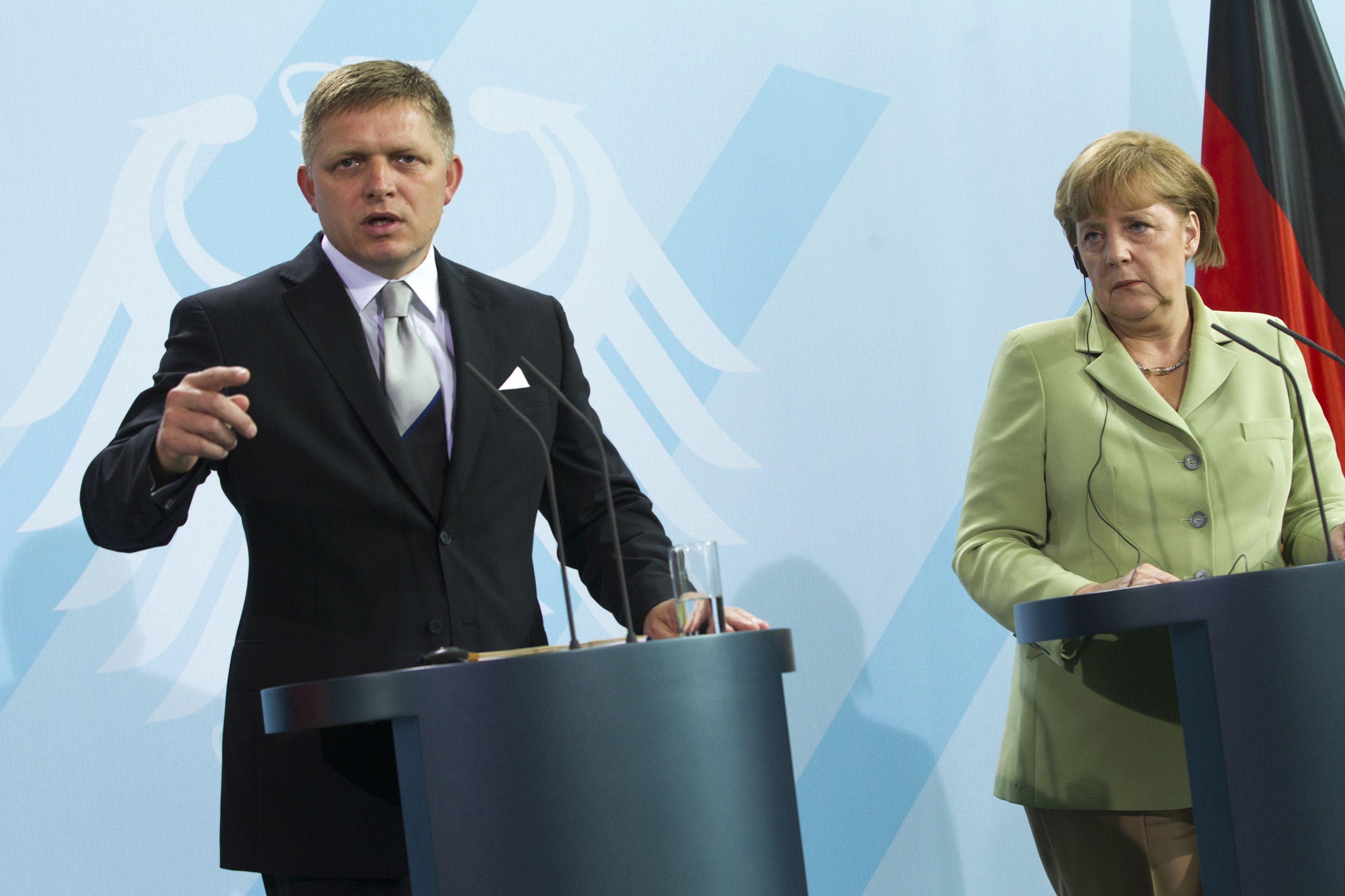 Slovakijos premjeras Robertas Fico: �Ir did�s politikai klysta�. De�in�je � Vokietijos kancler�. Thomaso Peterio (�Reuters� / �Scanpix�) nuotr.