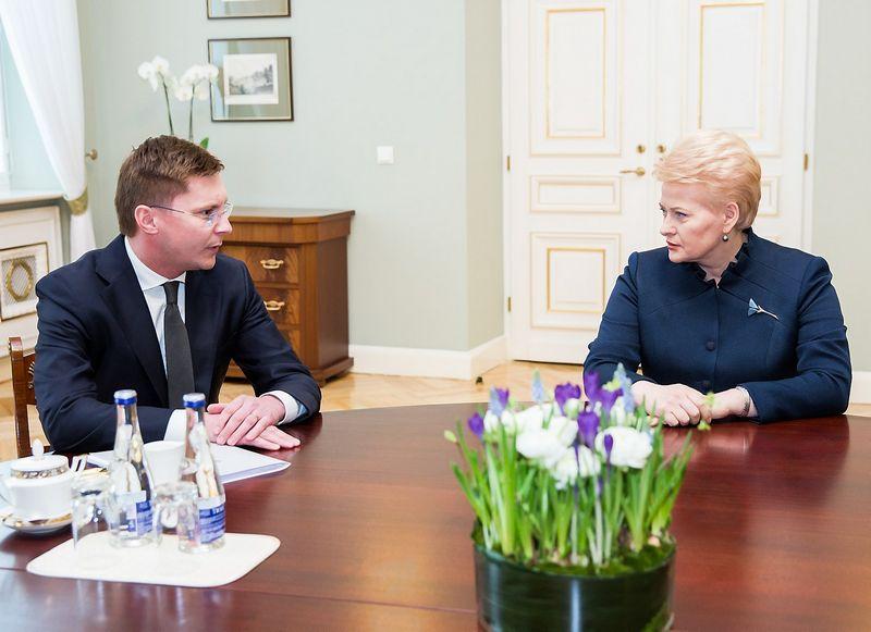 """Dalia Grybauskaitė susitiko su kandidatu į sveikatos apsaugos ministrus Juru Požela. Luko Balandžio (""""15min.""""/""""Scanpix"""") nuotr."""