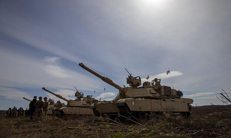 Pentagonas pirmąkart dislokuos ginkluotę Rytų Europoje – tankų, šarvuotųjų kovos mašinų, raketų baterijų. Vladimiro Ivanovo (VŽ) nuotr.