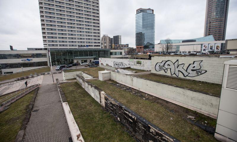 """Marius Šaliamoras, Architektų sąjungos prezidentas: """"Dabar turime tokią dykrą su purvynėliu ir kažkokiu laiptų chaosu, o šis pastatas galėtų sujungti tiek perėjimą į Europos aikštę, tiek į VCUP, tiek į """"Radisson"""" ir """"Swedbank"""" erdves.""""  JUDITOS GRIGELYTĖS (VŽ) nuotr."""