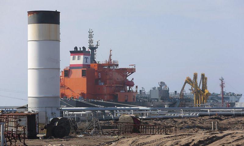 """Būsimos """"Klaipėdos naftos"""" SkGD paskirstymo stoties statybvietė. Fone – šviesiuosius naftos produktus kraunantis laivas. Vladimiro Ivanovo (VŽ) nuotr."""