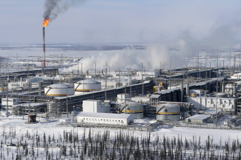 """""""Rosneft"""" Indijai parduoda naftos telkinių dalį"""