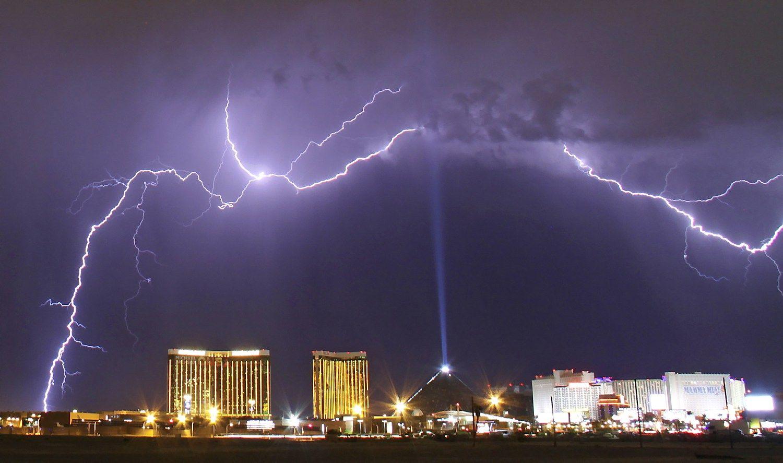 Mokslininkai sukelia žaibą