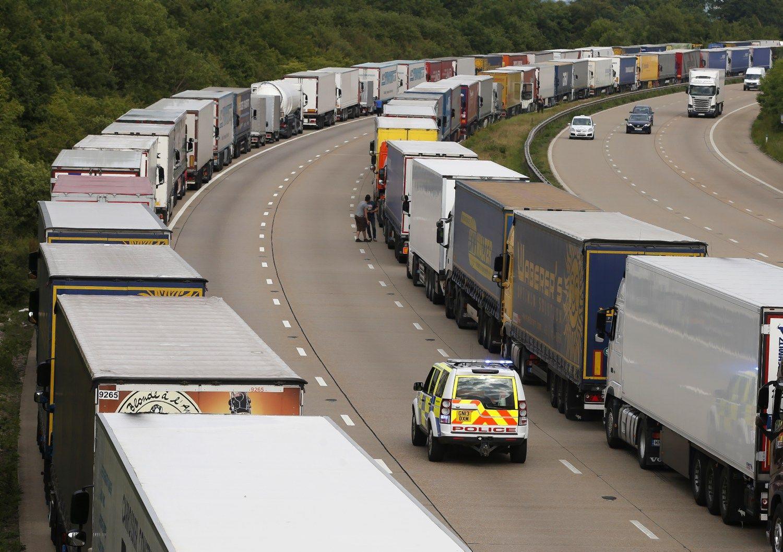 Baudas už nelegalius migrantus mokėti teks ir vairuotojams
