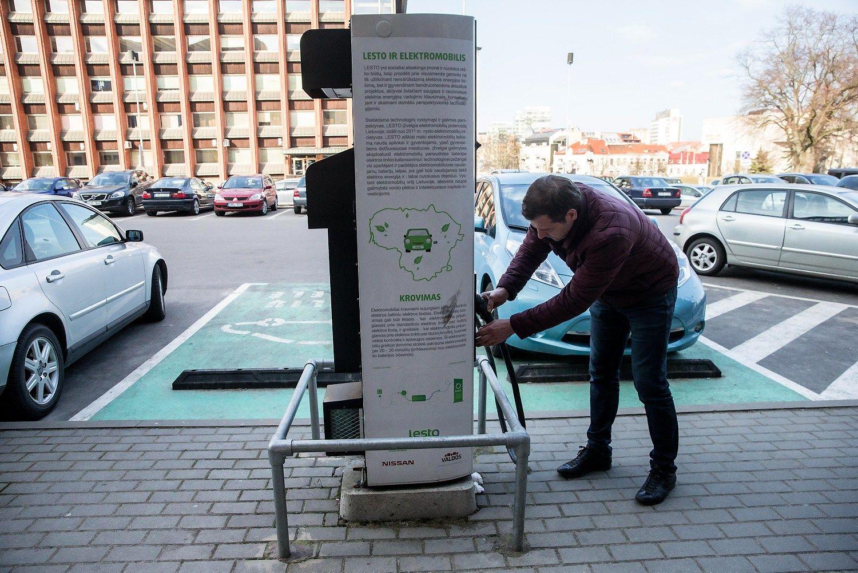 Konstitucijos prospekte �rengs 6 elektromobili� �krovimo stoteles