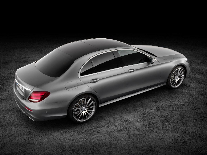 �Mercedes� E klas� bendrauja su kitais automobiliais ir � gara�� �va�iuoja pati