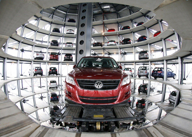 """Volkswagen"" dukart didina sumą krizei spręsti, mažina dividendus"