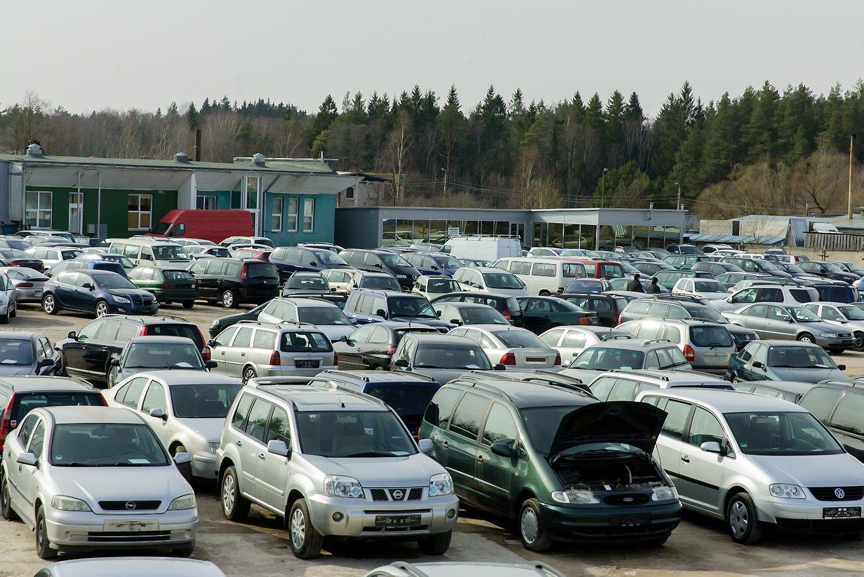 Automobiliai nebebrangsta, ta�iau ir pigti neprad�jo