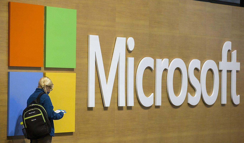"""""""Microsoft"""" žemyn tempia kompiuteriai, o kelia debesys"""
