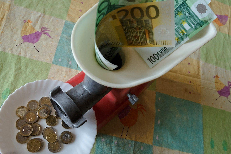 Atsitiesiant verslui atlyginimą susimažino daugiau nei per pusę