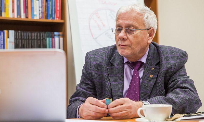 """Prof. Friedrichas Schneideris, šešėlinės ekonomikos tyrėjas: """"Kovos su šešėliu represinėmis priemonėmis limitą Lietuva jau išnaudojo. Atėjo laikas tai daryti kūrybiškiau, taikyti skatinamąsias priemones"""". Juditos Grigelytės (VŽ) nuotr."""