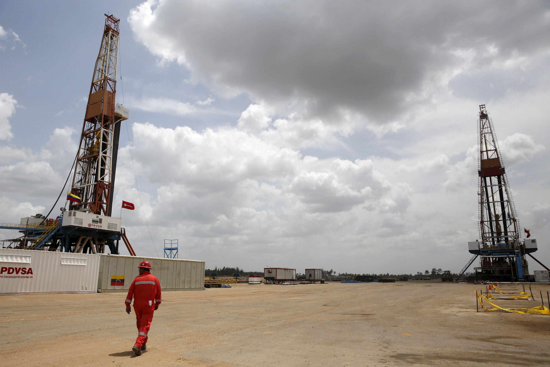 """""""Goldman Sachs"""": naftos rinka pereis iš pertekliaus į deficitą"""