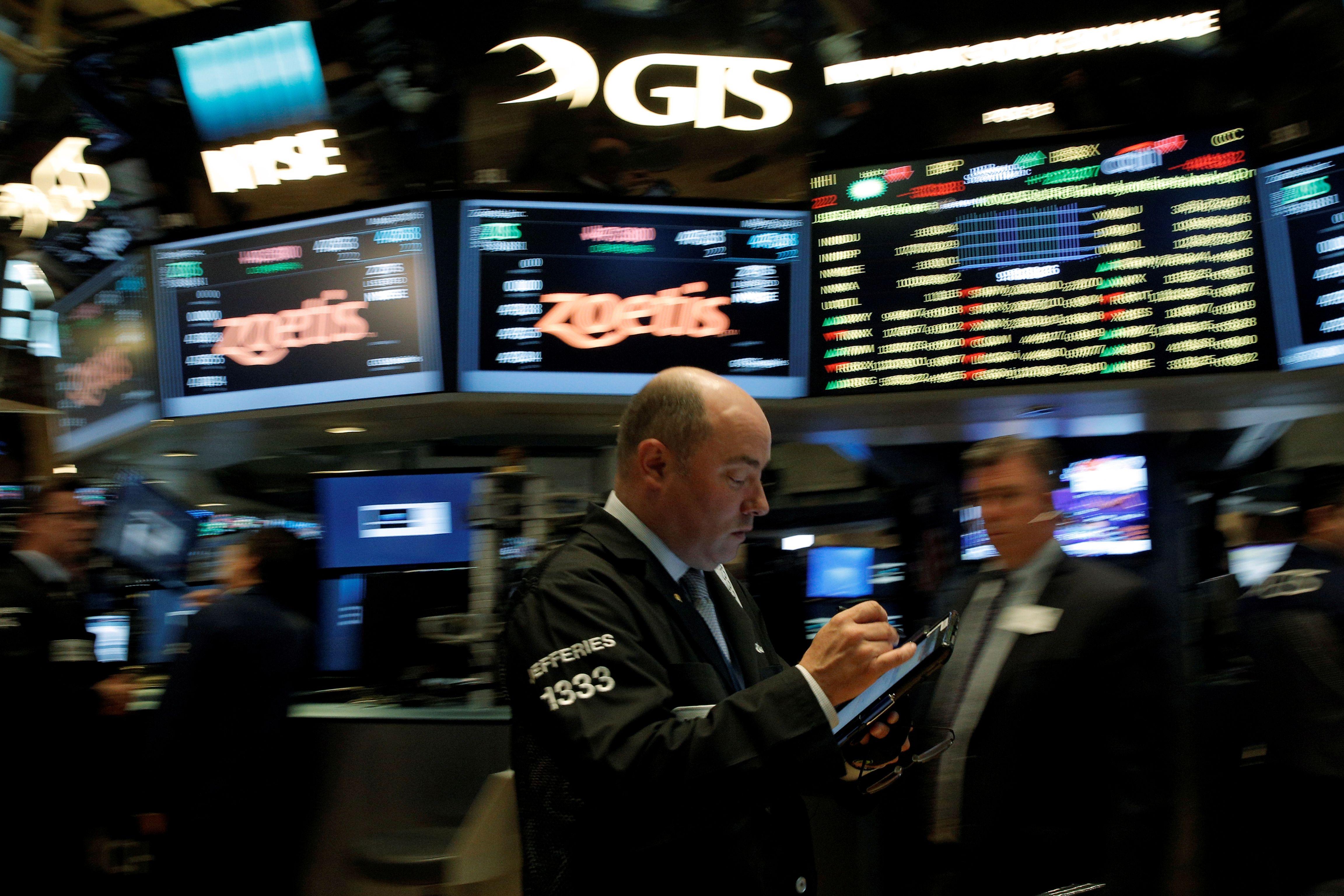 Investuotojai perd�lioja l�kes�ius � pinga nafta, auksas, brangsta doleris