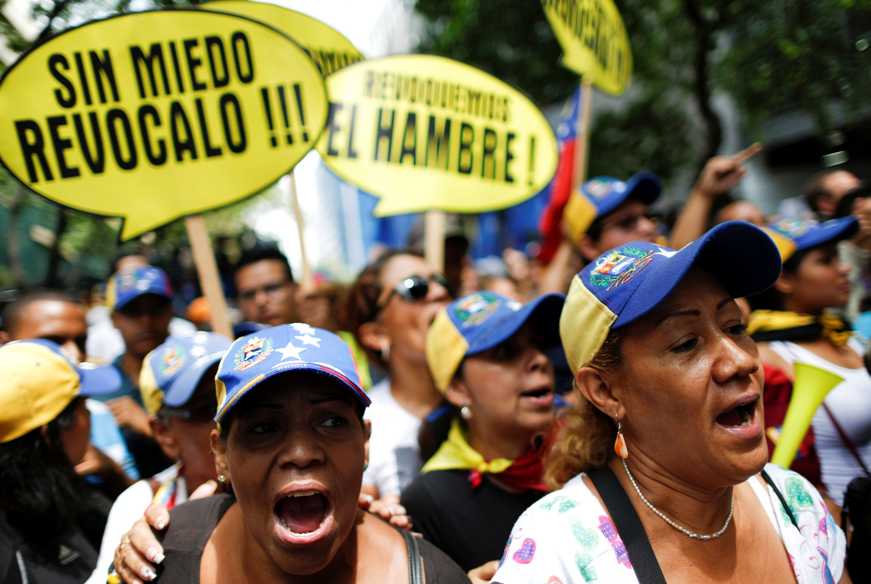 Venesuela � vis labiau izoliuota: i� �alies traukiasi skryd�i� bendrov�s