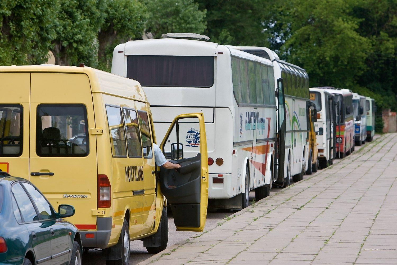 � mokyklinius autobusus montuoja alkoblokus