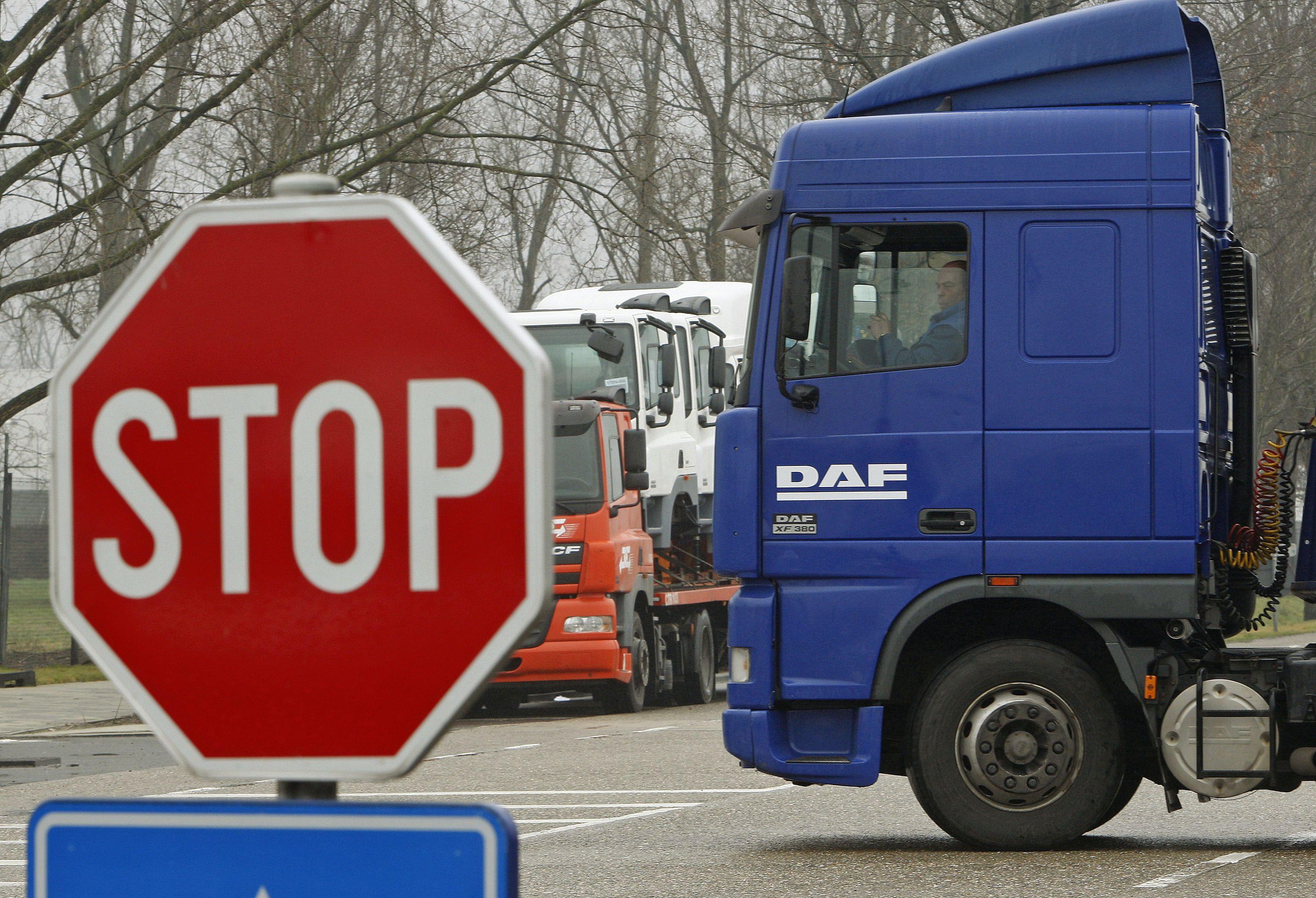 EK ruošia rekordinio dydžio baudą sunkvežimių karteliui