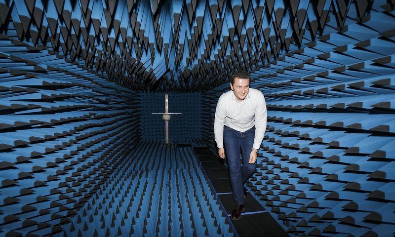 """Jonas Sabaliauskas, UAB """"Wilibox"""" direktorius, antenų bandymo laboratorijoje. Vladimiro Ivanovo (VŽ) nuotr."""