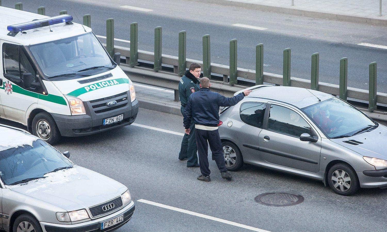 Už nedraustą automobilį nori bausti ir vairuotoją, ir savininką