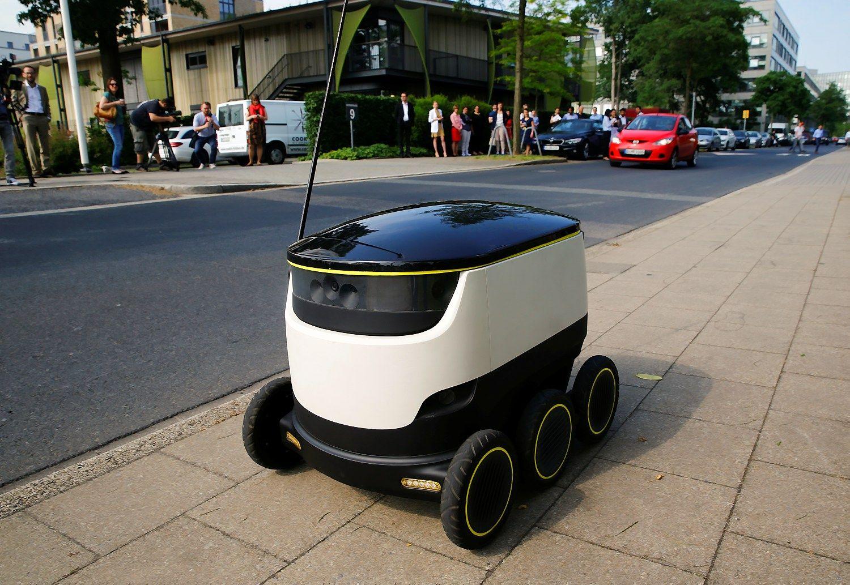 Siuntas pristatantis robotas keliauja Talino gatv�mis