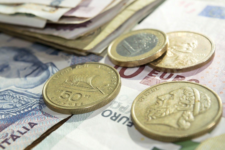 Apklausa: gyventojai santaupas patiki indėliams, pusė investuoti nesiruošia