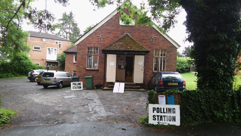 V� reporta�as: suskilusi Britanijos provincija santykius ai�kinasi prie balsad��i�