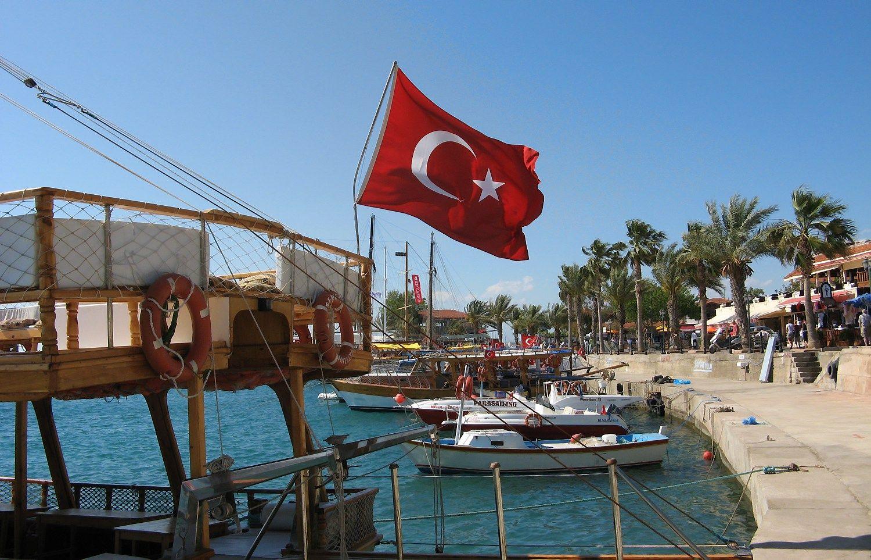 Turkijos kurortai pustu��iai, turizmo kriz� �alyje tik gil�ja