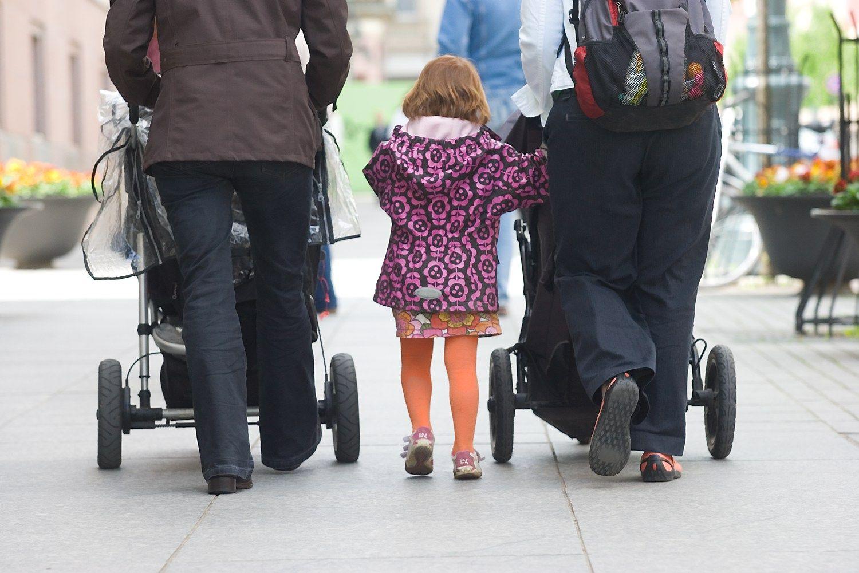 Motinystės išmokos į prieškrizinį lygį dar negrįš