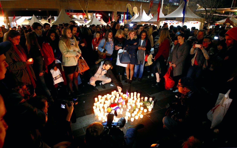 Pasaulis gedi kruvino i�puolio auk� Pranc�zijoje