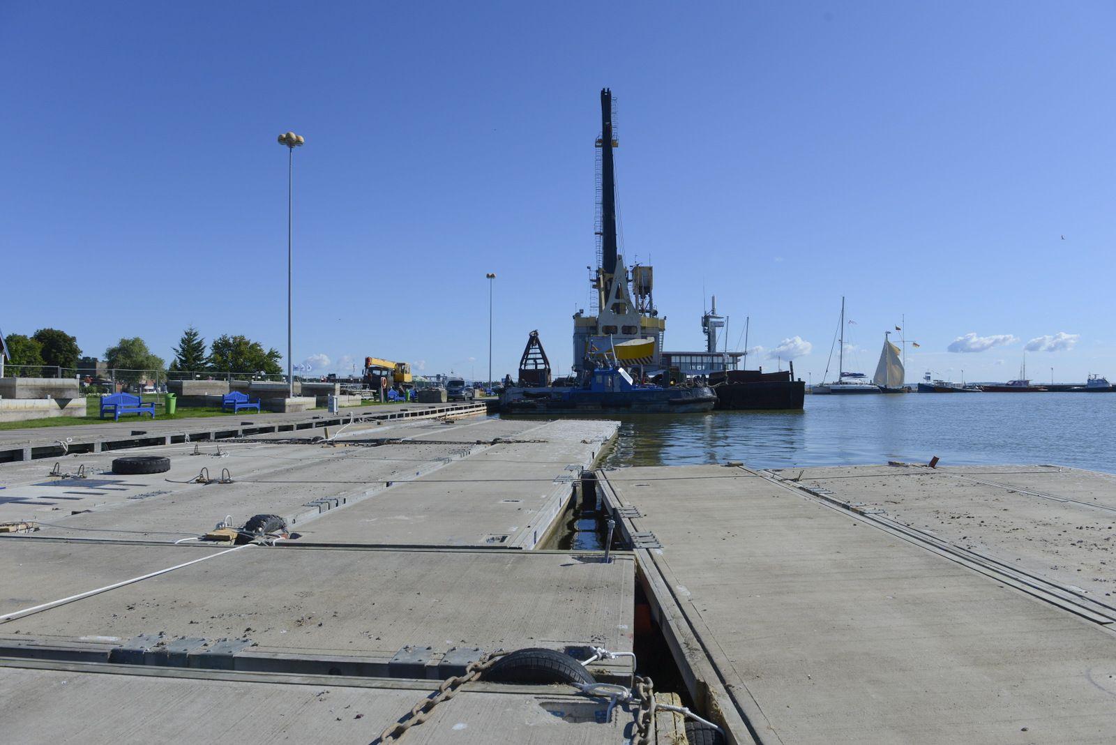 Nidos uoste pradėtos montuoti pontoninės prieplaukos