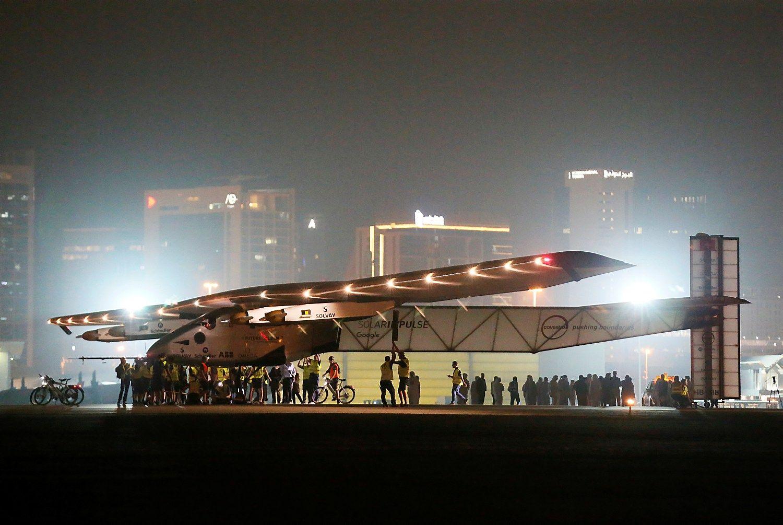 Saulės energija varomas lėktuvas baigė kelionę aplink pasaulį